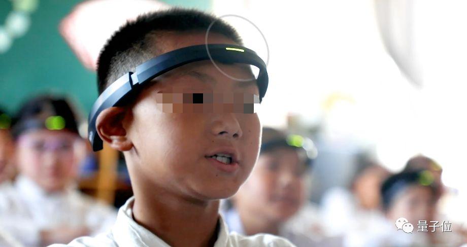 """浙江小學生戴上""""金箍"""":售價3千5的腦機接口頭環,實時監測上課走神,自動報送老師家長"""