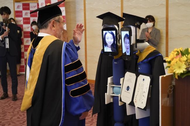 """日本畢業典禮變""""僵尸開會""""!學生遠程遙控,機器人代領畢業證,校長居然沒笑場"""